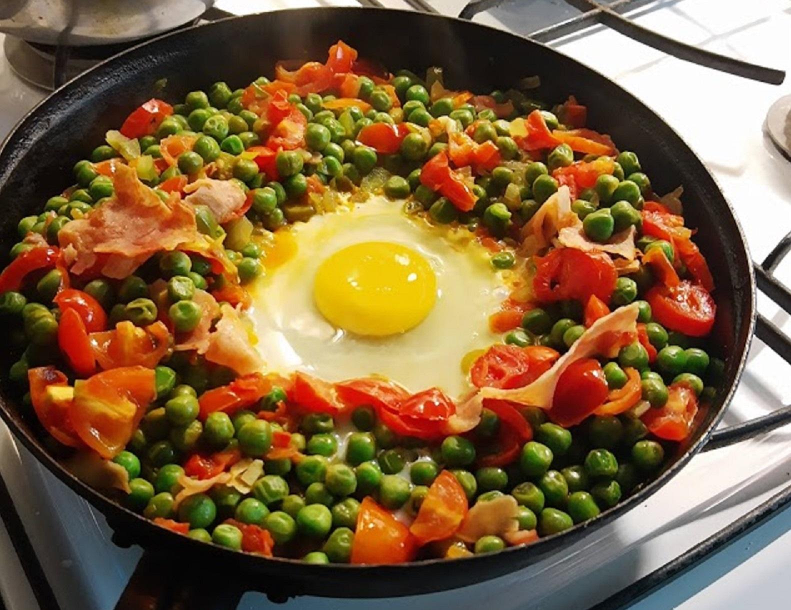 Una sartén con comida preparada en casa