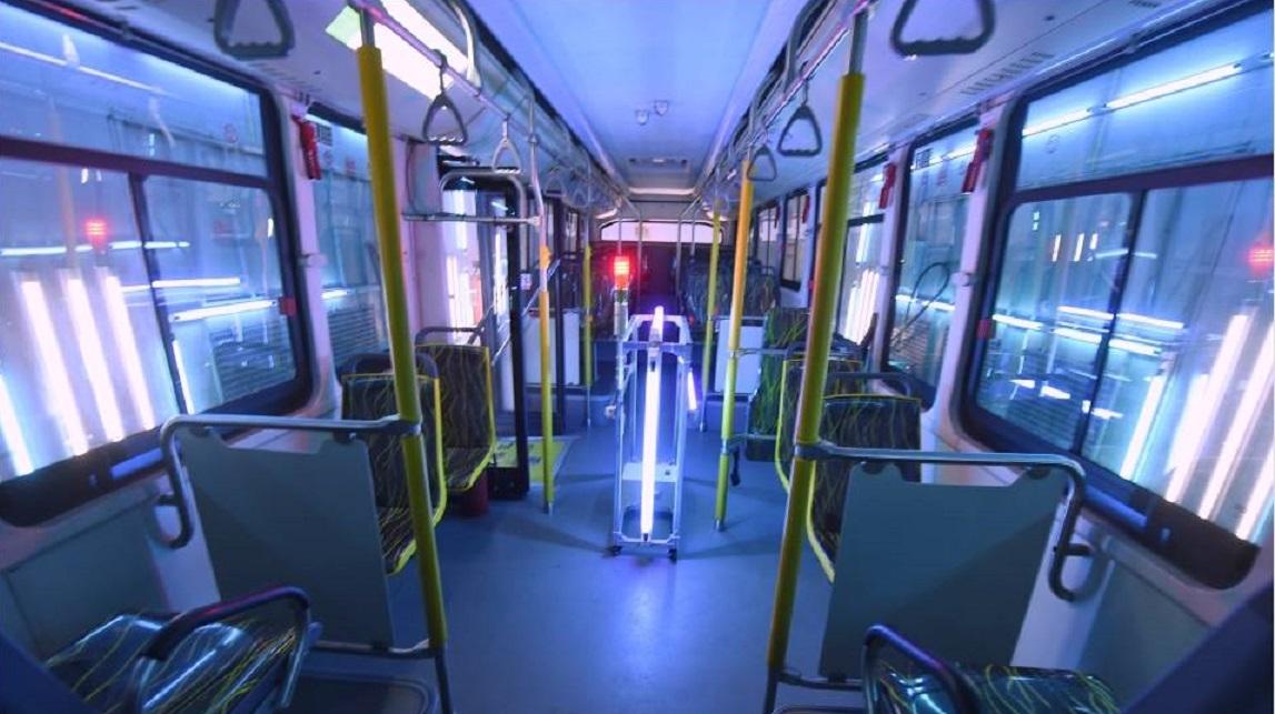 EL interior de un transporte público siendo desinfectado por luces LED que emiten rayos UVC.