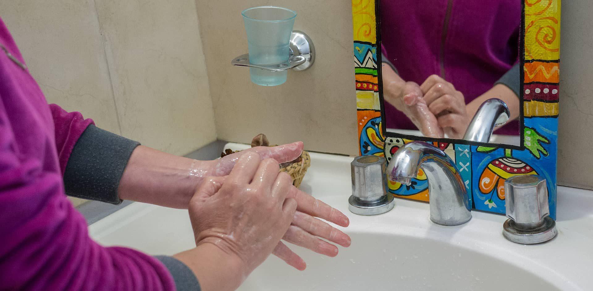 Lavarse las manos en forma consciente, durante 50 segundos, es lo más seguro.