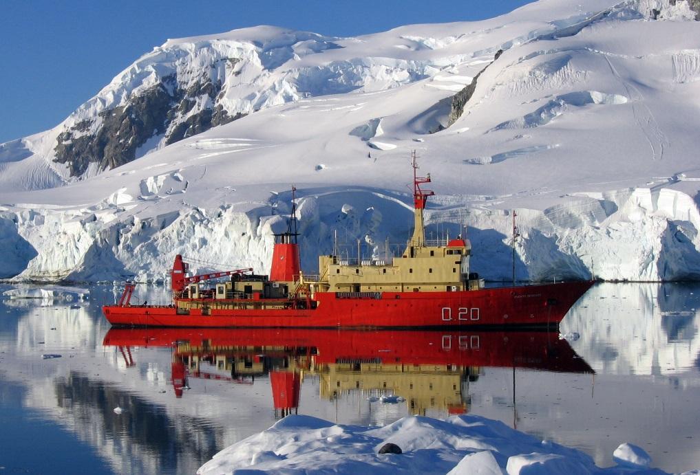 Un buque de investigación argentino en la Antártida.