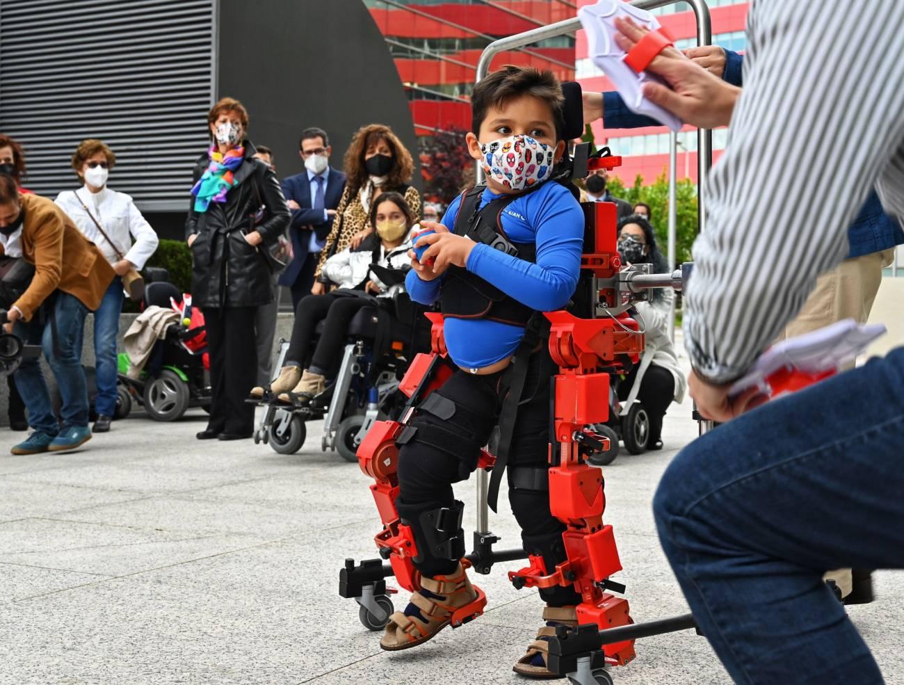 Demostración del exoesqueleto con un niño que padece atrofia muscular espinal. / CSIC